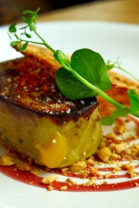 Foie gras de canard de Chalosse, fumé, confit et snacké, porto réduit et noisettes torréfiées, tuile de pain au maïs