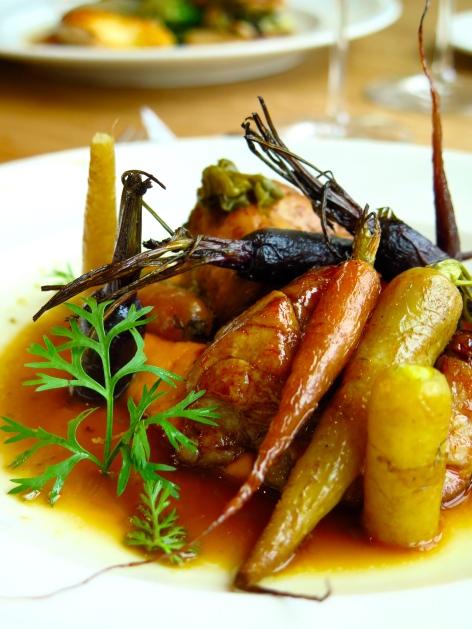 Ris de veau laqués au gingembre et citronnelle, carottes multicolores et jus de volaille aux câpres