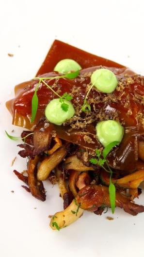 Suprême de volaille cuite à basse température, champignons persillés et jus simple.